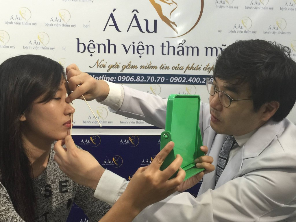 Bác sĩ thăm khám cẩn thận để xác định tình trạng mũi hiện tại
