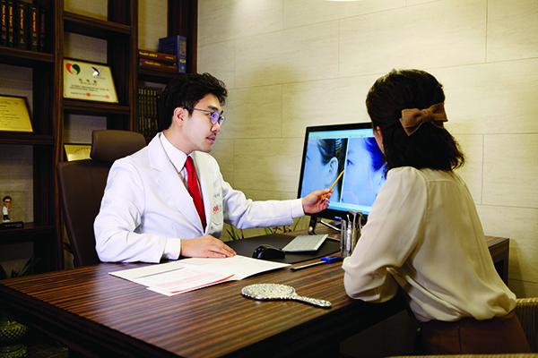 Bác sĩ tiến hành tư vấn thăm khám cho khách hàng.     Bác sĩ tiến hành tư vấn thăm khám cho khách hàng.