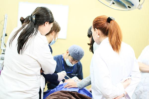 Bác sĩ tiến hành nâng mũi cho khách hàng tại Á ÂU.