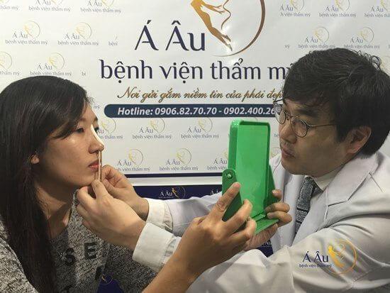 Bác sĩ Hàn quốc trực tiếp tư vấn, thăm khám cho khách hàng.