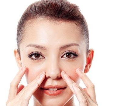 Massage mũi giải pháp làm mũi cao tự nhiên.