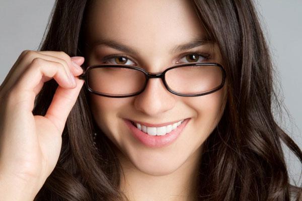 Nâng mũi có đeo kính được không được nhiều chị em quan tâm.