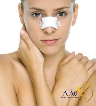 Chăm sóc sau nâng mũi tốt để sớm có kết quả tốt.