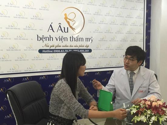 Bác sĩ tận tình tư vấn cho khách hàng phương pháp nâng mũi phù hợp.