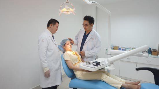 Các chuyên gia , bác sĩ đang tiến hành thẩm mỹ mắt cho khách hàng.