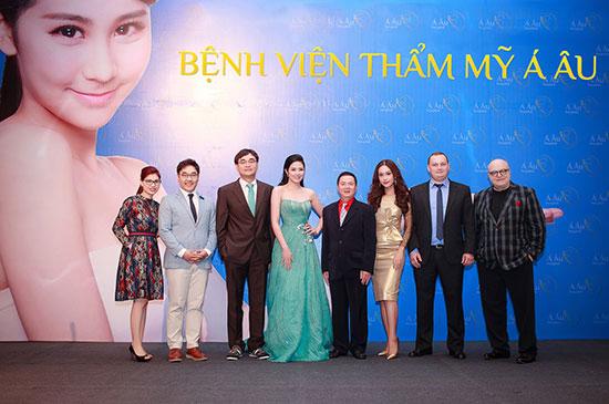 Hoa hậu Ngọc Hân, Á khôi Phương Linh chụp hình cùng đội ngũ bác sĩ Mỹ và bác sĩ Hàn Quốc