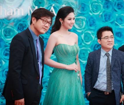 Hoa hậu Ngọc Hân xuất hiện cùng đội ngũ bàn sĩ thẩm mỹ hàng đầu của Hàn Quốc