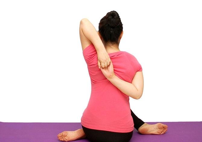 kéo căng tay sau giúp giảm mỡ tay và vai