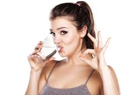 giảm mỡ mặt nữ bằng cách uống nước