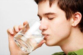 Uống nhiều nước để thanh lọc cơ thể, loại bỏ mỡ thừa