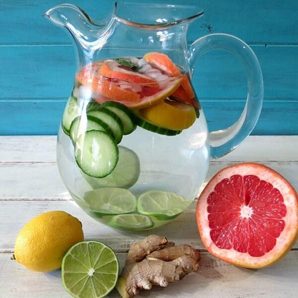 Uống nước lọc hoặc detox giúp thanh lọc cơ thể