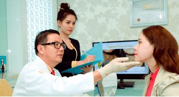 Bác sĩ thăm khám tại BVTM Á Âu