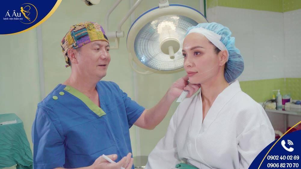 Người đẹp Thúy Hạnh được Bác sĩ Phan Thanh Hào, Giám đốc Bệnh viện thẩm mỹ Á Âu trực tiếp tư vấn và thực hiện Căng da chỉ vàng 24K
